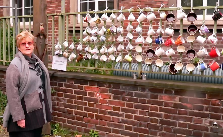 Noch alle Tassen am Zaun eine Installation von Walburga